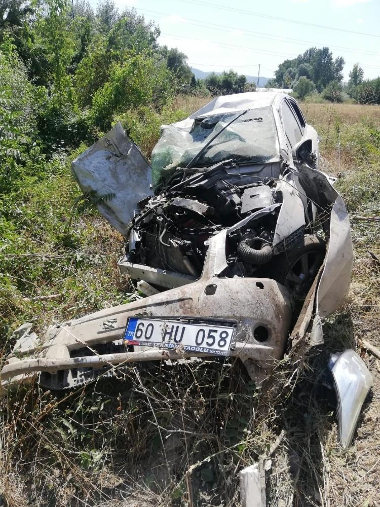 İki otomobil çarpıştı, sürücü hurdaya dönen araçtan sağ çıktı