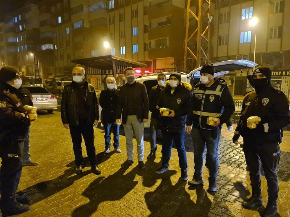 Amasya'da denetim yapan polislere AK Parti'lilerden çorba ikramı