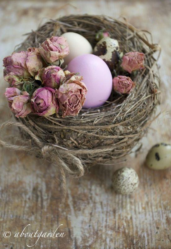 Cestino pasquale con uova e roselline essiccate