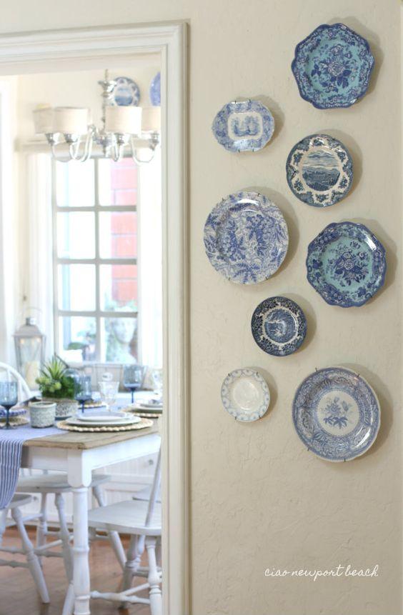Collezione di piatti in ceramica bianca e blu