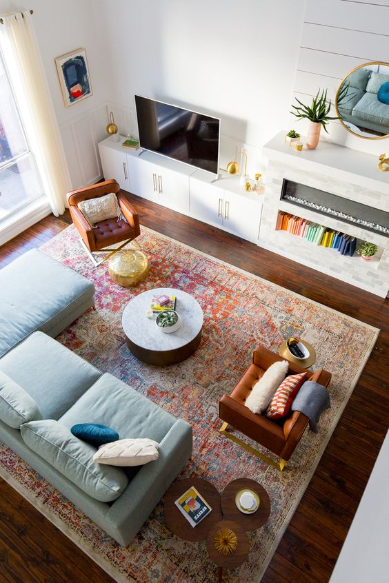 Soggiorno con grande tappeto sotto al divano e alle poltrone