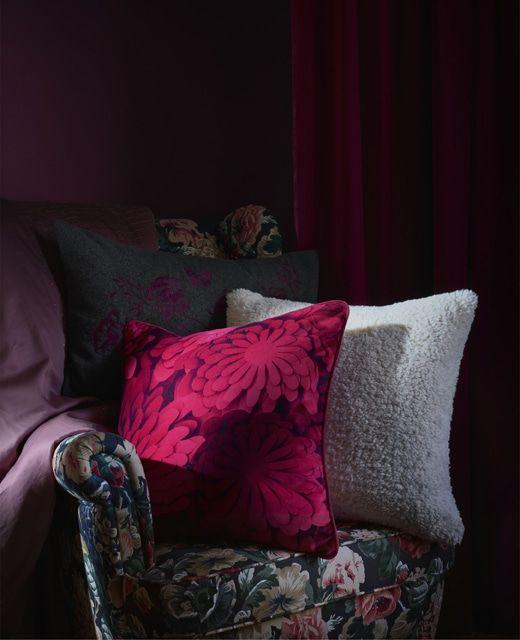Cuscini materici, di velluto e a stampe floreali