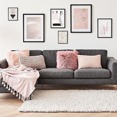 Soggiorno grigio e rosa con tappeto shaggy