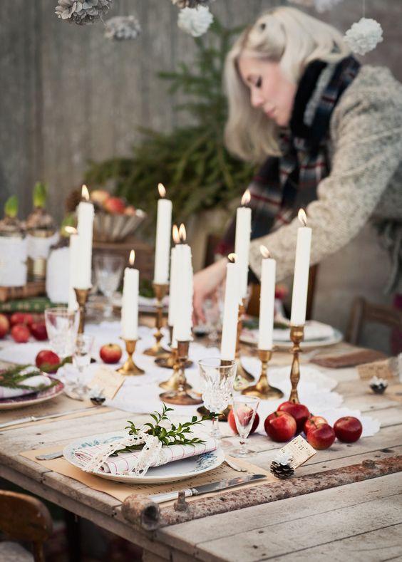 Tavola invernale con candele ed elementi naturali
