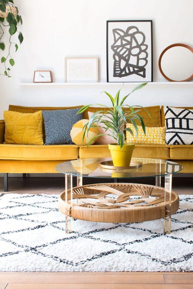 Soggiorno con divano color senape e tappeto di Beni Ourain