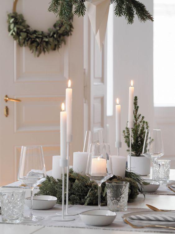 Candele sparse come centrotavola per questa tavola scandi di Natale