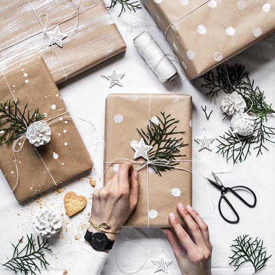 Carta da regalo fai da te con pitture a stencil