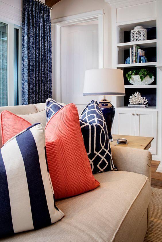 Soggiorno con in bainco e blu con dettagli in Living Coral