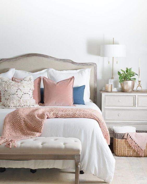 Un sapiente mix di cuscini dona stile a questo letto