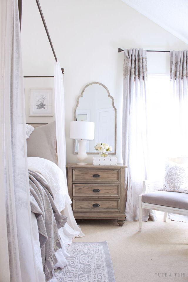 Una camera da letto con styling d'ispirazione francese