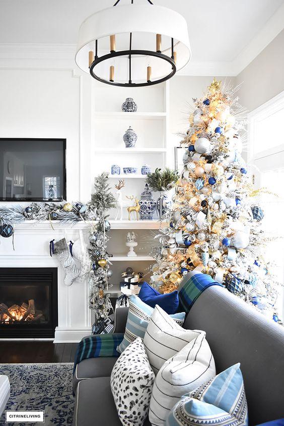 Decorazioni natalizie blu e argento e tessili con motivi scozzesi