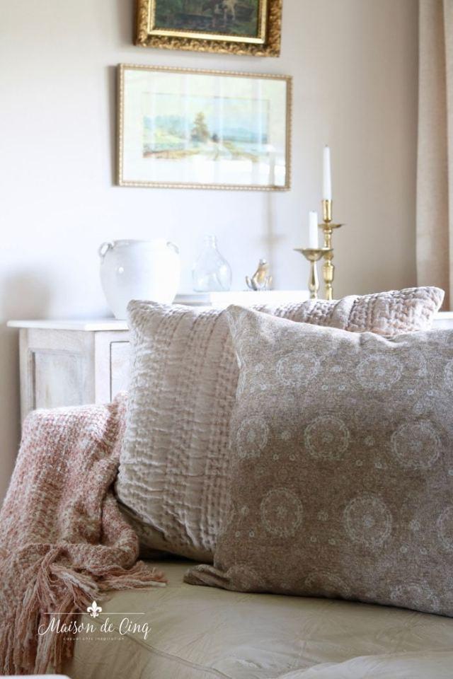 Cuscini e plaid morbidi per il soggiorno