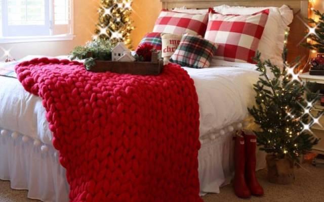 Decorazione natalizia in rosso, bianco e verde per la camera da letto in stile farmhouse | Ph. Hikendip