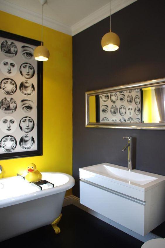 Una stanza da bagno in giallo e grigio