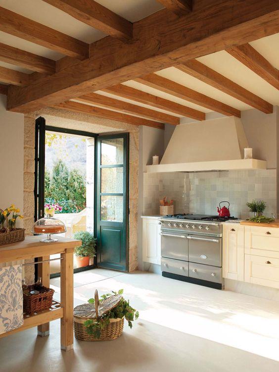 Cucina rustica con travi a vista
