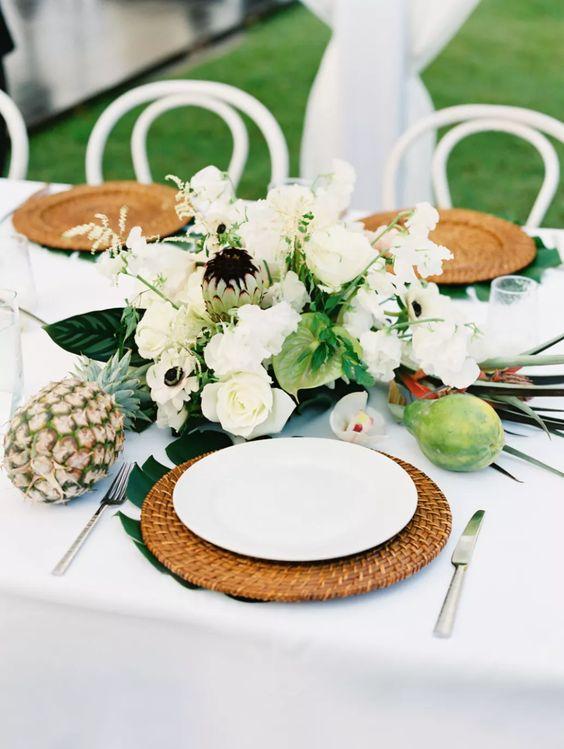 Fiori e frutti locali per la tavola di nozze estiva