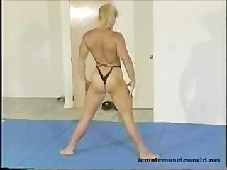 Blonde Bodybuild Babe aan het vechten op de mat