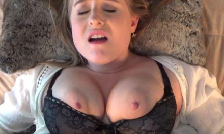De levensechte erotische droom van een knappe amateur vrouw