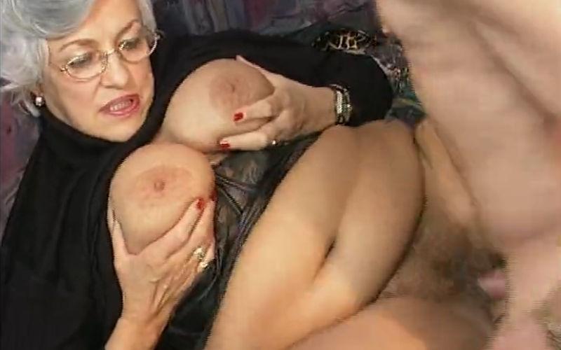 Een oma met dikke tieten komt in een orgie terecht