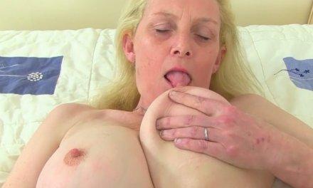 Blonde Engelse oudere vrouw, grote tieten, is aan het masturberen