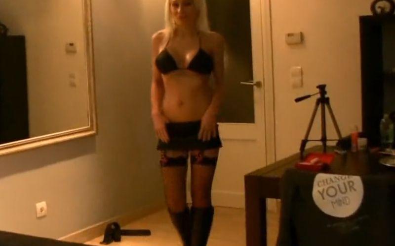 Blonde Duitse buurvrouw ziet er geil uit en ze laat zich neuken