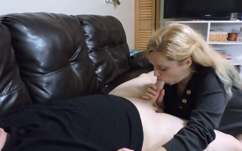 Een lekkere blonde huisvrouw is sensueel aan het pijpen