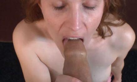 Getrouwde milf verdient stiekem geld bij in de porno