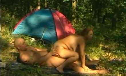 Keurige oma, grote tieten, gaat kamperen en heeft seks