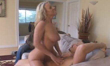 Knappe blonde echtgenote is blij dat haar man wil kijken als ze geneukt wordt