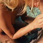 Blonde toeriste heeft seks op een strand in Griekenland