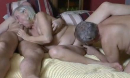 Oma gaat los met seks in het senioren wooncomplex