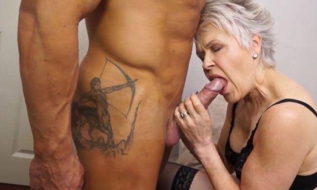 Oma en haar dochter laten zich stevig neuken