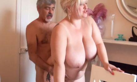 Blonde BBW oma wordt geneukt met een champagnefles
