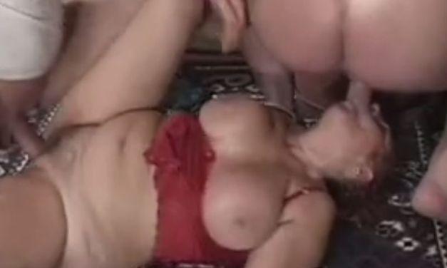 BBW oma, enorme grote tieten, krijgt een mond vol met zaad