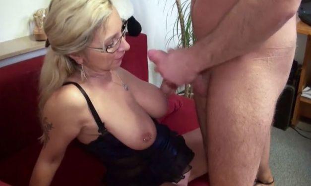Geile oude huisvrouw met grote borsten verleidt de klusjesman