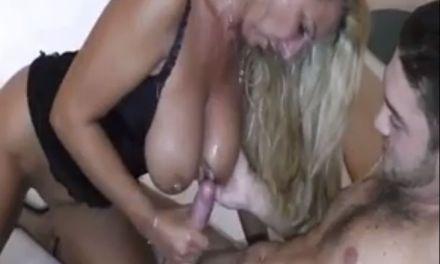 Mooie blonde rijpe vrouw doet aan pijpen en neuken