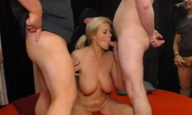 Gangbang met een geile blonde Duitse oma die grote borsten heeft