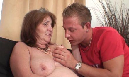 Een schoonmoeder met grote hangborsten laat haar schoonzoon z'n gang gaan