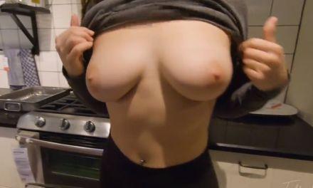 Vrouw met mooie grote borsten, heeft sex in de Ikea