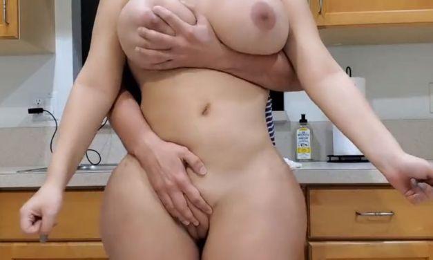 Stiefmoeder, dikke reet en grote tieten, wordt in de keuken geneukt