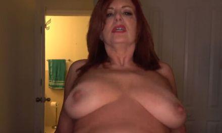 Rijpe moeder met dikke hangtieten neukt met haar stiefzoon