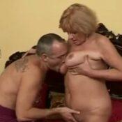 Knappe oma met dikke tieten laat zich maar wat graag neuken