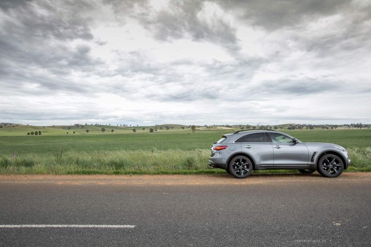 Infiniti-QX70-S-Design-side-road