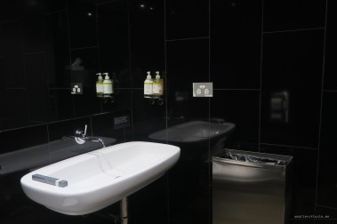 virgin-australia-melbourne-lounge-shower-bathroom