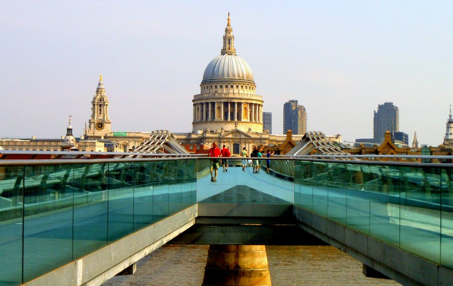 This photo I took of St Paul's Cathedral glimpsed from the Millennium Bridge is just the beginning of the wonders I encountered on my journey. https://amaviedecoeurentier.wordpress.com/2015/01/08/papa-bouilloire-goes-to-oxford/