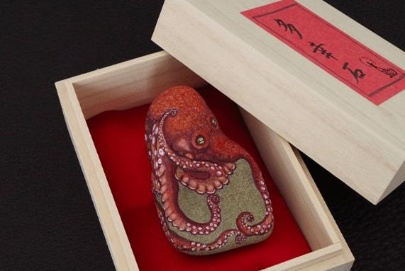 Artist Paints Found Stones like real animals octopus