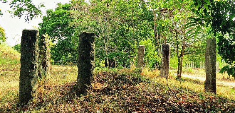 Monoliths which long ago held large buildings at Wattarama Rajamaha Viharaya