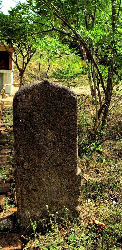 A blank guard stone - Wattarama Rajamaha Viharaya
