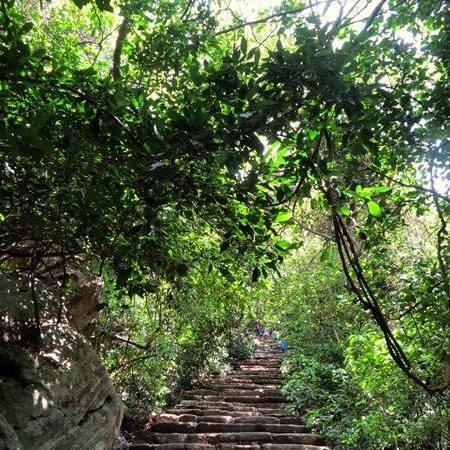 Climb to the caves of the Sri Nagala Rajamaha Viharaya at Nikawewa