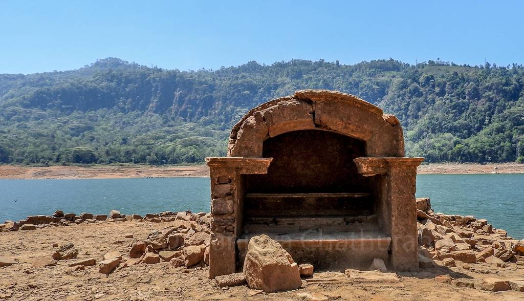 An ruined flower alter at Kadadora Viharyaya